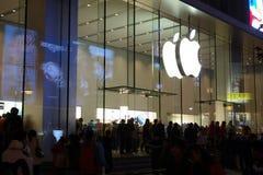 Μαγαζί λιανικής πώλησης της Apple στη Σαγγάη τη νύχτα Στοκ εικόνες με δικαίωμα ελεύθερης χρήσης