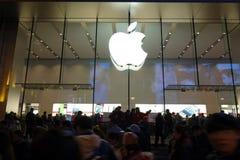 Μαγαζί λιανικής πώλησης της Apple στη Σαγγάη τη νύχτα Στοκ εικόνα με δικαίωμα ελεύθερης χρήσης