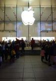 Μαγαζί λιανικής πώλησης της Apple στη Σαγγάη τη νύχτα Στοκ φωτογραφία με δικαίωμα ελεύθερης χρήσης