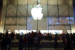 Μαγαζί λιανικής πώλησης της Apple στη Σαγγάη τη νύχτα Στοκ Εικόνες