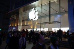 Μαγαζί λιανικής πώλησης της Apple στη Σαγγάη τη νύχτα Στοκ Φωτογραφία