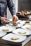 Μαγείρεμα αρχιμαγείρων για το γεύμα Στοκ εικόνα με δικαίωμα ελεύθερης χρήσης