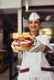 Μαγείρεμα αρχιμαγείρων και διακοσμημένο χάμπουργκερ Στοκ εικόνες με δικαίωμα ελεύθερης χρήσης