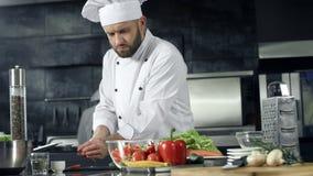 Μαγείρεμα αρχιμαγείρων στην κουζίνα εστιατορίων Επαγγελματικός αρχιμάγειρας που κατασκευάζει τη φρέσκια σαλάτα απόθεμα βίντεο