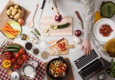 Μαγείρεμα ατόμων με το lap-top Στοκ Φωτογραφίες