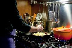 Μαγείρεμα ατόμων στην κουζίνα Στοκ φωτογραφία με δικαίωμα ελεύθερης χρήσης