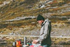 Μαγείρεμα ατόμων υπαίθριο στο Σαββατοκύριακο πικ-νίκ βουνών Στοκ Εικόνες
