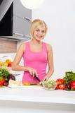 Μαγείρεμα λαχανικών τεμαχισμού γυναικών Στοκ Εικόνα