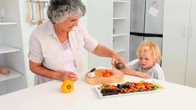 Μαγείρεμα γιαγιάδων με τον εγγονό της απόθεμα βίντεο