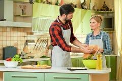 Μαγείρεμα γυναικών και ανδρών Στοκ φωτογραφία με δικαίωμα ελεύθερης χρήσης