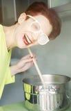 Μαγείρεμα γυναικών με τον ατμό στα γυαλιά της Στοκ φωτογραφίες με δικαίωμα ελεύθερης χρήσης