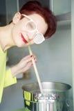 Μαγείρεμα γυναικών με τον ατμό στα γυαλιά της Στοκ Φωτογραφία