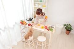 Μαγείρεμα γυναικών στην κουζίνα Στοκ εικόνες με δικαίωμα ελεύθερης χρήσης