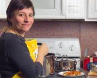 Μαγείρεμα γυναικών στοκ φωτογραφία με δικαίωμα ελεύθερης χρήσης