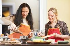 Μαγείρεμα δύο γυναικών στην κουζίνα Στοκ Φωτογραφία