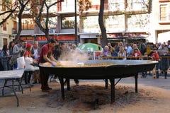 Μαγείρεμα ενός γιγαντιαίου Paella, παραδοσιακά από τη Βαλένθια τρόφιμα Στοκ φωτογραφίες με δικαίωμα ελεύθερης χρήσης
