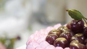 Μαγείρεμα ενός κέικ για διακοπές Ψήστε το κέικ για τα γενέθλια Ο μάγειρας προετοιμάζει τις ζύμες Κρέμα κέικ φιλμ μικρού μήκους