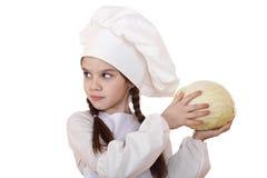 Μαγείρεμα και έννοια ανθρώπων - χαμογελώντας μικρό κορίτσι στο καπέλο μαγείρων Στοκ φωτογραφία με δικαίωμα ελεύθερης χρήσης