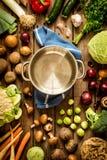 Μαγείρεμα - κενό δοχείο με τα λαχανικά πτώσης φθινοπώρου γύρω Στοκ εικόνες με δικαίωμα ελεύθερης χρήσης