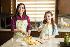 Μαγείρεμα κοριτσιών με το mom της στο σπίτι Στοκ εικόνες με δικαίωμα ελεύθερης χρήσης