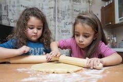 Μαγείρεμα κοριτσιών στοκ εικόνα με δικαίωμα ελεύθερης χρήσης