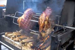 Μαγείρεμα κρέατος πέρα από τη φλεμένος σχάρα BBQ στοκ φωτογραφίες με δικαίωμα ελεύθερης χρήσης