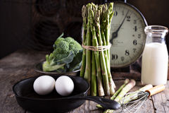 Μαγείρεμα με το aparagus και τα αυγά Στοκ Εικόνες
