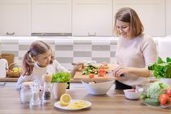 Μαγείρεμα μητέρων και κορών μαζί στη φυτική σαλάτα κουζινών στοκ φωτογραφία με δικαίωμα ελεύθερης χρήσης