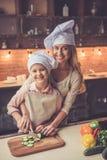 Μαγείρεμα μητέρων και κορών Στοκ εικόνα με δικαίωμα ελεύθερης χρήσης