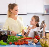 Μαγείρεμα μητέρων και μικρών κοριτσιών Στοκ φωτογραφίες με δικαίωμα ελεύθερης χρήσης