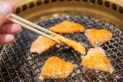 Μαγείρεμα μπριζόλας ψαριών σολομών πέρα από τη σχάρα ξυλάνθρακα Στοκ Εικόνα