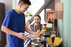 Μαγείρεμα νεαρών άνδρων με τη φίλη στην κουζίνα στοκ εικόνες με δικαίωμα ελεύθερης χρήσης