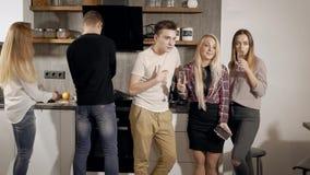 Μαγείρεμα ομάδας στο κόμμα, φίλοι που κρεμά έξω μαζί εσωτερικό απόθεμα βίντεο