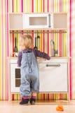 Μαγείρεμα παιχνιδιού κορών οικογενειακών κοριτσιών μωρών στην κουζίνα παιχνιδιών Στοκ φωτογραφίες με δικαίωμα ελεύθερης χρήσης