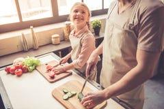 Μαγείρεμα πατέρων και κορών Στοκ Εικόνες