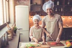 Μαγείρεμα πατέρων και κορών Στοκ φωτογραφία με δικαίωμα ελεύθερης χρήσης