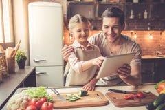 Μαγείρεμα πατέρων και κορών Στοκ Εικόνα