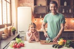 Μαγείρεμα πατέρων και κορών Στοκ εικόνες με δικαίωμα ελεύθερης χρήσης