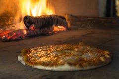 Μαγείρεμα πιτσών σε έναν φούρνο παράδοσης Στοκ Εικόνες