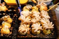Μαγείρεμα & x28 πυρκαγιάς Burning& x29  για & x22 Μωρό Octopus& x22  στις ιαπωνικές σφαίρες Takoyaki Στοκ εικόνα με δικαίωμα ελεύθερης χρήσης