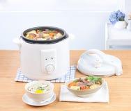 Μαγείρεμα ρυζιού και ηλεκτρικό casserole δοχείο Στοκ Φωτογραφία