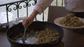 Μαγείρεμα σε ένα τηγάνι απόθεμα βίντεο