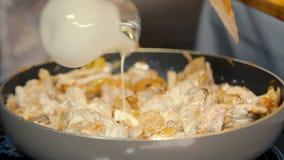 Μαγείρεμα σε κατσαρόλα του κρέατος με τη σάλτσα κρέμας απόθεμα βίντεο
