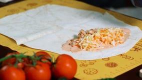 Μαγείρεμα στην κουζίνα Shawarma Τεθειμένο γέμισμα από το κοτόπουλο φιλμ μικρού μήκους