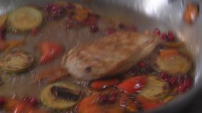 Μαγείρεμα στην πυρκαγιά Ο αρχιμάγειρας μαγειρεύει τα λαχανικά και το κρέας σε ένα τηγάνι με την πυρκαγιά απόθεμα βίντεο