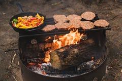 Μαγείρεμα στην πυρκαγιά στρατόπεδων Στοκ φωτογραφίες με δικαίωμα ελεύθερης χρήσης