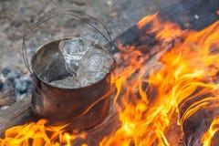 Μαγείρεμα στη φύση Καζάνι με τον πάγο στην πυρκαγιά στη δασική κουζίνα στο ταξίδι Στοκ Εικόνα