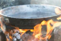 Μαγείρεμα στη φύση του πασσάλου Στοκ εικόνα με δικαίωμα ελεύθερης χρήσης