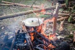Μαγείρεμα στο στρατόπεδο σε υπαίθριο Στοκ Φωτογραφία