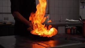 Μαγείρεμα στο τηγάνι wok με το σκληρό κάψιμο πυρκαγιάς σε σε αργή κίνηση απόθεμα βίντεο